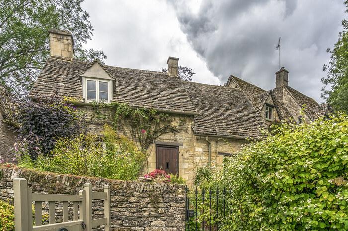 静かで落ち着いた佇まいをしているバイブリーの村の中を散策していると、まるで村が創建された中世にタイムスリップしたかのような気分を覚えます。