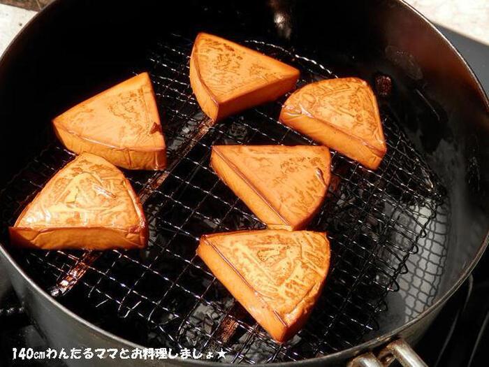 燻製というと難しそうなイメージですが、スモークチップさえあれば普通のお鍋でも手軽に作ることができます。煙を気にせずに燻製にチャレンジできるのは、キャンプならでは。チーズの他にも卵や魚介、ベーコンなどの肉類もおすすめです。