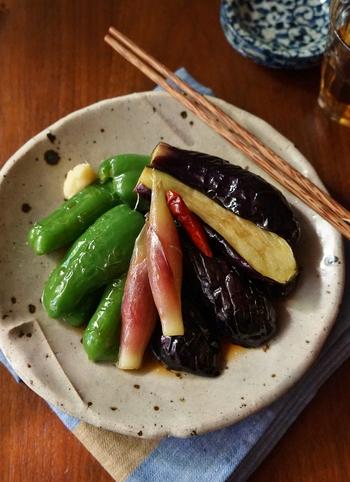 素揚げした野菜を手作り麺つゆに浸すだけの簡単レシピは、ピーマン、みょうが、茄子など、夏野菜の旨味で箸も進みます。暑い日に食べたいレシピです。