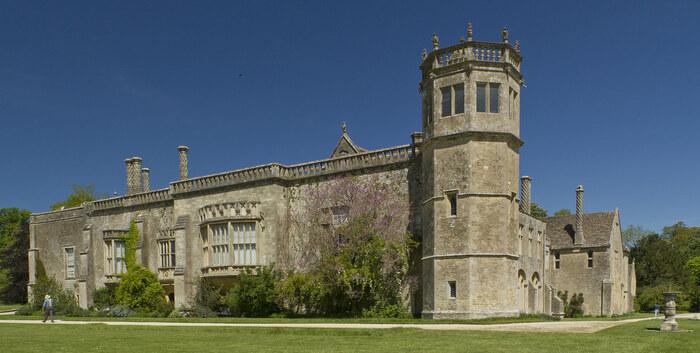 レイコックのシンボルとなっているレイコック・アビーは13世紀に女子修道院として創建されたものです。その後、16世紀に修道院が解散された後は邸宅として改装されていますが、現在でも修道院であった頃の名残を残しています。また、レイコック・アビーは映画「ハリー・ポッター」のホグワーツ魔法学校のロケ地として使用された場所でもあります。