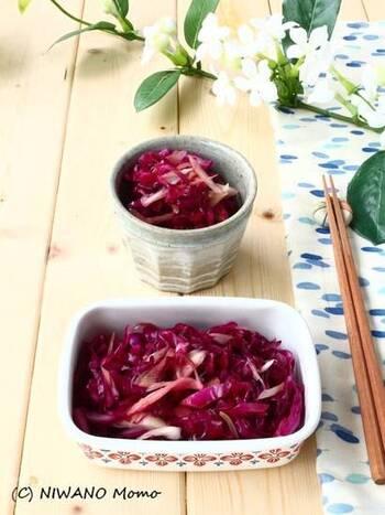 みょうがの香りをまとわせた、食感の良い紫キャベツの甘酢漬け。塩もみした紫キャベツは程良くしんなり、ギュッギュッと噛みごたえがあって、思わず手が伸びる夏の箸休めに♪