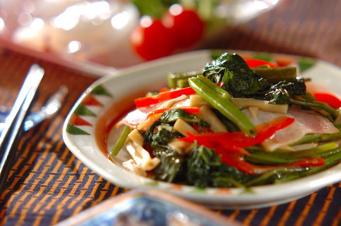 シャキシャキの空芯菜を、旨味たっぷりのオイスター炒めに。パプリカの赤や生姜の風味が食欲をそそります。
