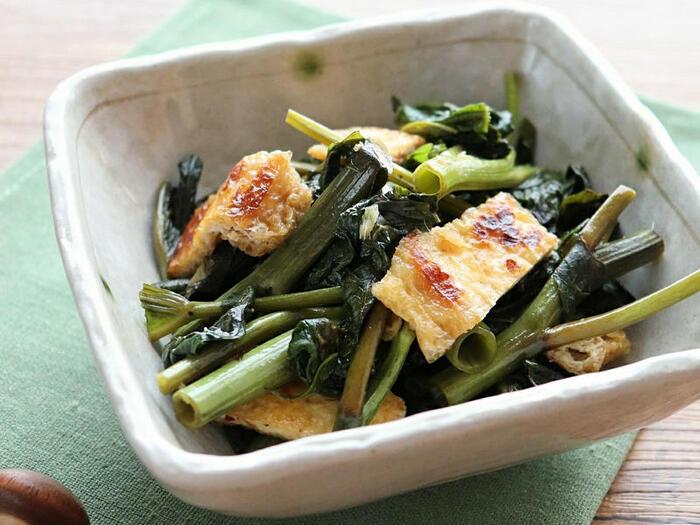 10分で作れる空芯菜と油揚げの煮浸しは、暑い夏でもささっと作れる便利なレシピ。空芯菜は味がしみやすいので、煮込む時間も短く済みます。