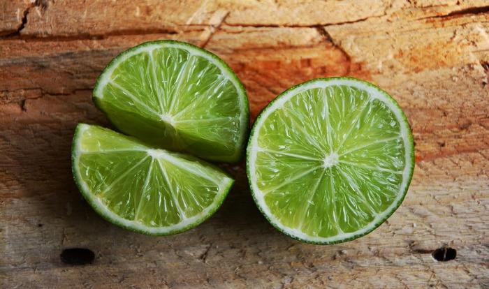 緑は「癒し」や「リラックス」をイメージさせるカラーで、人の気持ちを落ち着かせてくれる効果があります。コーディネートに取り入れると落ち着きが出て、自然体な印象に◎
