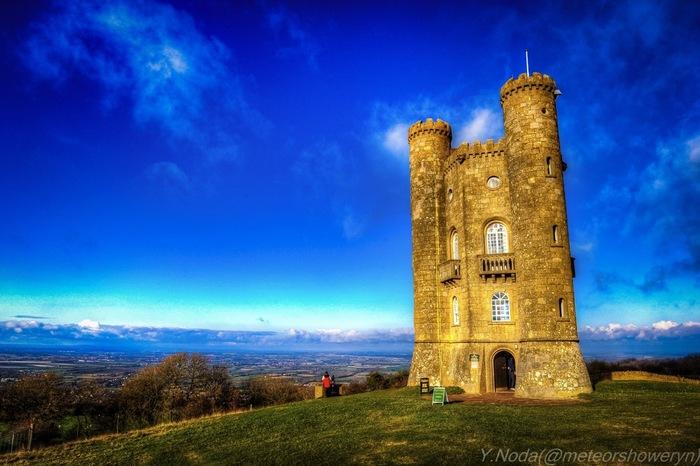 ブロードウェイの村から南東へ約2キロメートル離れた丘には、「ブロードウェイ・タワー」と呼ばれる塔があります。塔の中にはコッツウォルズ地方に関する歴史資料が展示されています。また、この塔からは、可愛らしいブロードウェイの街並みと、この村が位置するイーヴシャム渓谷を一望することができます。
