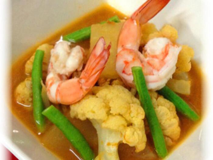 タイの定番スープのような、お野菜たっぷりのあっさり酸味のカレーです。野菜は大根、青パパイヤ、ブロッコリーや空芯菜など。酸味はタマリンドという果実で出していますが、梅干しでも代用可能です。