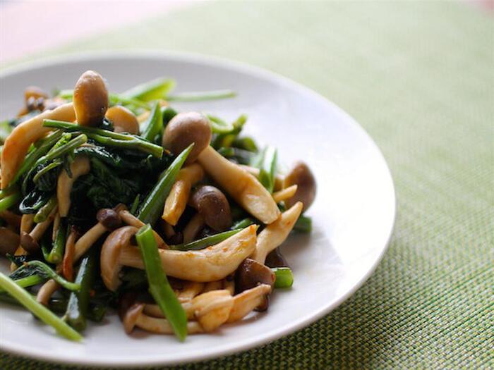ヘルシーな空芯菜としめじの炒めものは、旨味たっぷりのバーニャカウダソースで味付けを。エネルギーの代謝を高め、身体にエネルギーを与えてくれる、常備菜レシピです。
