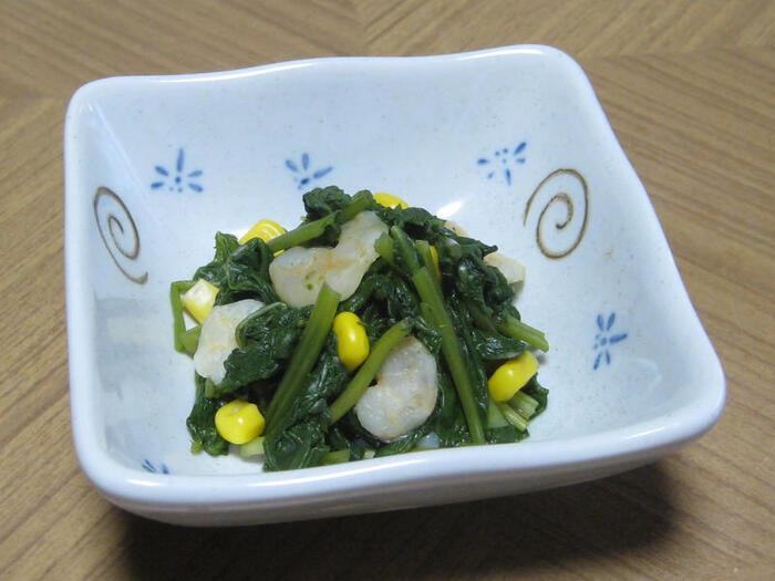 適当な大きさにカットした空芯菜とむきエビを茹で、干し貝柱のスープの素で和えた簡単レシピ。コーンの瑞々しい食感がアクセントになります。