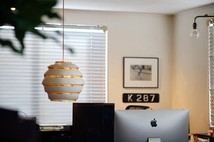"""フィンランド出身の建築家・デザイナー、アルヴァ・アアルトの代表作の一つ""""Beehive(ビーハイブ)""""。蜂の巣という意味のBeehiveは、その名の通りまるで蜂の巣のようなライト。アアルトの代表作の一つとして、今でも世界中の人々から愛されています。"""
