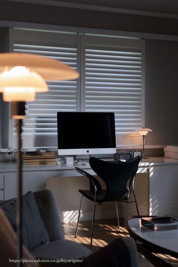 間接照明に慣れていない私たちにとって、間接照明だけで過ごす夜は少し暗く感じてしまうかもしれません。「もっと部屋を明るくしたければ、間接照明を増やすのがポイントよ」とスウェーデン人の友人から教えてもらいましたよ。