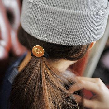 ニット帽やキャップなど、帽子に合わせた一つ結びにもぴったりなサイズ感。さりげなくおしゃれ感をアピールできる、おすすめアイテムです。