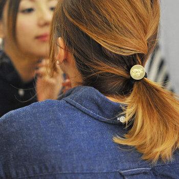 老舗ブランド「IL BISONTE(イルビゾンテ)」のブランドアイコンをモチーフにした、マットに輝くゴールドのヘアゴム。程よいワンアクセントは、シンプルな一つ結びをおしゃれに格上げしてくれます。