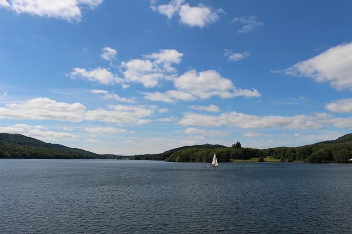 ウィンダミア湖は湖水地方の玄関口にあたる氷河湖で、イングランド最大の湖です。ロンドンからアクセスしやすいこともあり、森と湖が魅せる景勝地を求め、イギリス国内外から多くの観光客がこの湖を訪れています。