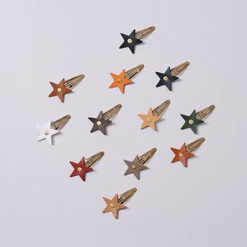 レザーの星にアンティークゴールドのヘアピンを組み合わせたヘアアクセサリー。パッチンと留めるタイプのピンなので、ずれにくいのが特徴です。
