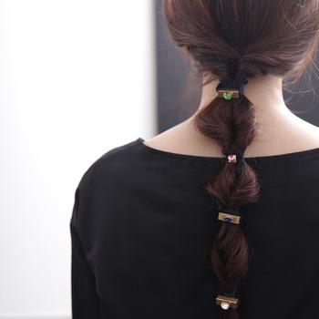 色違いのゴムを繋げて使うことで、結んでいるだけなのにこなれ感たっぷりなヘアアレンジが完成します。