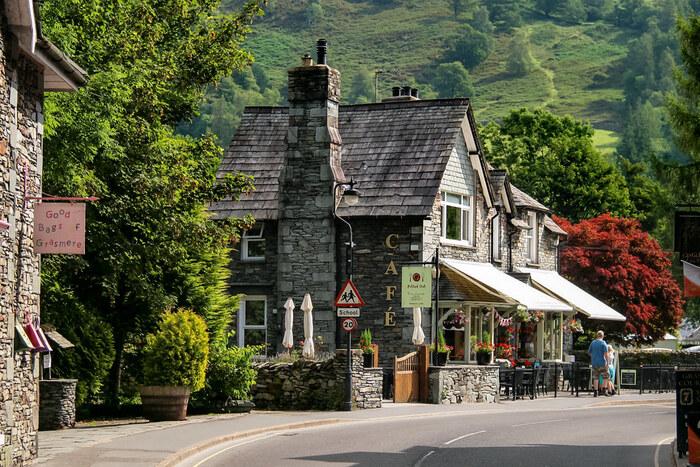 湖水地方の玄関口となっているウィンダミアの北西部に位置する静かな街、グラスミアは、イギリス文学に多大な功績を残した詩人、ウィリアム・ワーズワースがこよなく愛した地です。