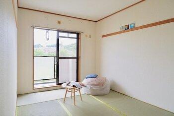 シンプルな和室に、クッションや小さいテーブルを置いて落ち着けるスペースに。窓からの風が心地よく感じられそう。