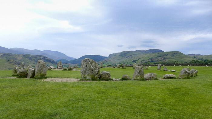 キャッスルリッグ・ストーンサークルは、48個の卵形の石が円形に並ぶ、不思議な石群です。イングランド南部、ソールズベリー郊外のストーン・ヘンジよりも規模は小さいですが、この石群が作られたのは3000~4000前と想定されています。クレーンもトラックの無かった時代に、広大な大地に大きな石で環状列石を作った古の人々の偉業は、悠久の時を経た今も語り続けられています。