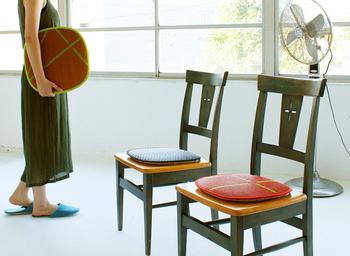 椅子の座面に敷けるい草のマットです。夏は椅子に座っていると蒸れることがありますが、い草マットがあればサラッと快適です。