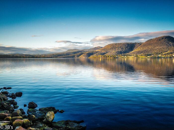 ダーウェント湖はケズウィックの南に位置する湖です。煌めく碧い湖面を持つダーウェントは、イギリスで「湖の女王」と呼ばれています。静かな湖面、湖を取り囲む山、豊かな森が融和し、絵画のような景色が広がっています。