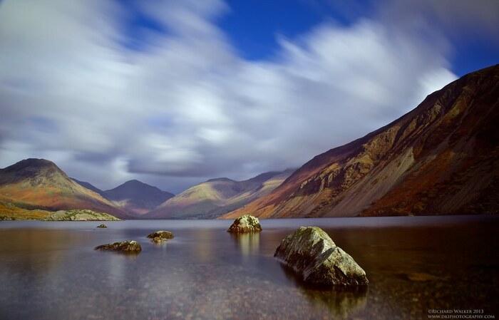 ウォスト湖は、イギリスで最も深い水深79メートルの湖です。ホニスター峠からウォスト湖までの道のりは決して容易ではありませんが、ウォスト湖の美しさは、身体の疲れを忘れさせてくれるほどです。赤みを帯びた岩肌、美しい山容、波ひとつない静かな水面が織りなす神秘的な風景はいつまで眺めていても飽きることはありません。