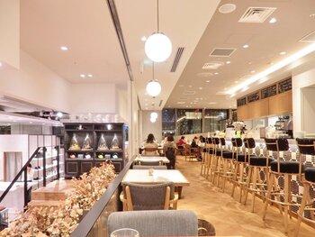 新宿駅新南口直結、NEWoManの3階にあるカフェ「SALON BAKE & TEA(サロン ベイクアンドティー)」。開放感のある店内は、おひとりさまでも、大人数でもゆっくり過ごせそう。