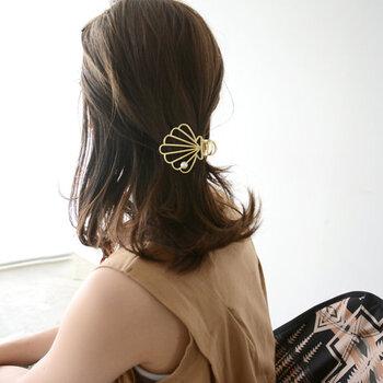 一つ結びやハーフアップに合わせるだけで、おしゃれ度がアップするヘアクリップ。大ぶりなゴールドのヘアアクセサリーは、ラフにもフェミニンにも合わせやすくデイリー使いにもおすすめです。