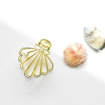 ユニークなモチーフのファッションジュエリーを展開している、「En Route Jewelry(エンルート ジュエリー)」。シェルデザインのゴールドクリップに、さりげなく一粒のパールをあしらっています。