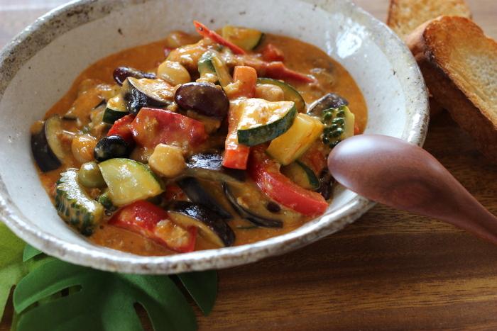夏野菜を大きめにカットした食べ応えのある具沢山のスープカレー。ご飯や麺類と一緒にいただけば一皿で大満足のレシピになります。