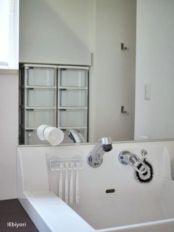 洗面台の場合は、洗面ボウルや蛇口のほか、コップ、歯ブラシ立てなども要注意ポイントです。洗面ボウルから鏡に飛び散った雫をそのまま拭き忘れていると、水垢として残ってしまうこともよくあります。