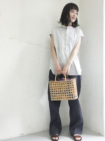 スクエア型のかごバッグは、ちょっとだけカッチリとした印象に。シンプルなリラックスコーデに合わせると、コーデを引き締めてくれるのでおすすめです。
