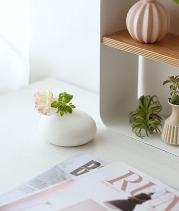 ベランダやお庭のお花や葉を気軽に活けましょう。ちゃんとした花瓶がなくてもコップや空き瓶など、身近なものに飾ってトイレや台所などにおくだけで気持ちのよい空間に。