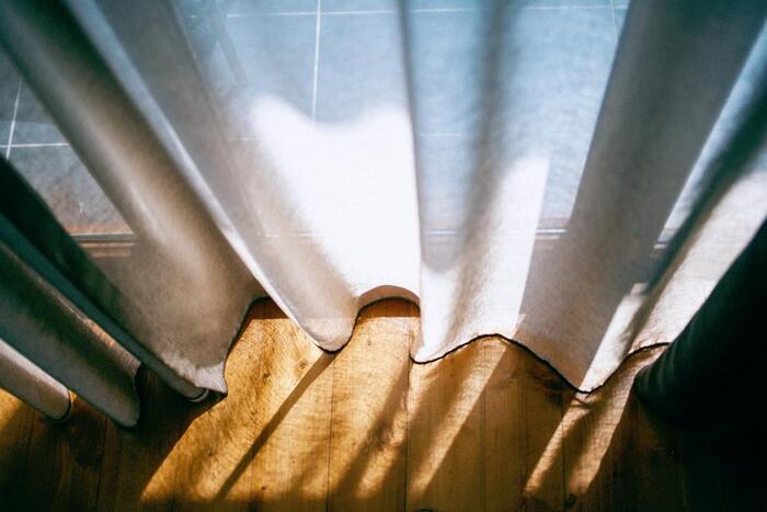 朝起きたら、まず窓を開けて空気の入れ替えをしましょう。新鮮な空気をお部屋に取り込むことで、気持ちも明るくなります。風水からみても窓を開けて空気を入れ替えるのは重要なんだそう。一日をスタートするスイッチが入りますよ。