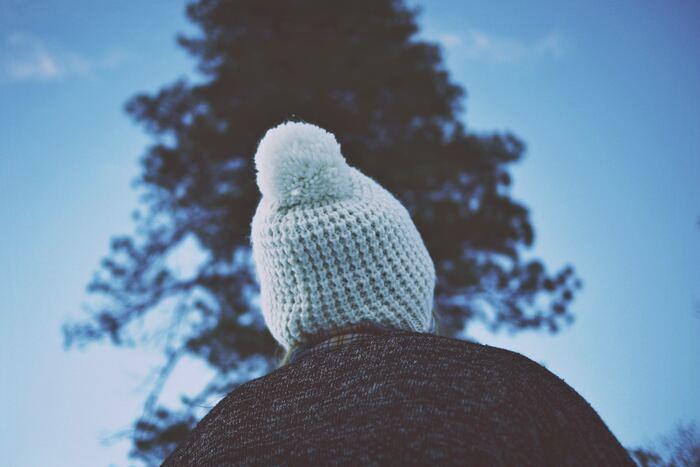 冬になると欲しくなるニットの小物。今年こそは自分で編んでみませんか?マフラーやスヌードなら手軽に編める上、防寒やコーディネートのポイントにもなるのでとっても実用的。今から作りはじめても冬までに十分に間に合いますよ。