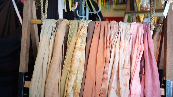 民族衣装で見られるような一枚の大きな布を上手に巻いて作るファッションに挑戦してみましょう。スカートやワンピースなど何通りにも着こなすことができます。リゾートファッションや夏のルームウエアなど、暑い夏を涼しく快適に過ごすことができます。