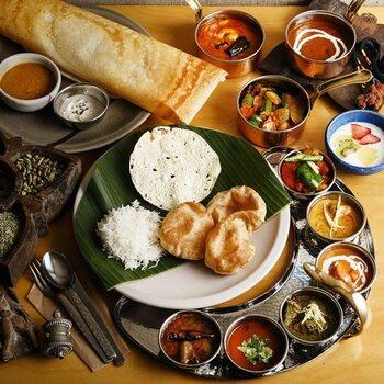 「ミールス」とは、南インドの食堂やレストランで出される定食のこと。バナナの葉の上に、カレー、副菜などいろいろな種類の料理が並べられ、見た目にもたのしく栄養バランスもバッチリ。ご飯と混ぜながらいただきます。