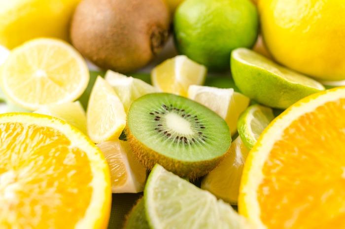夏の日差しには、オレンジやレモンイエローなどの『ビタミンカラー』がお似合い。身につけるだけで気分がハッピーになる『ビタミンカラー』をファッションに取り入れませんか?選ぶ基準は、フレッシュなフルーツと同じように「おいしそう!」と思えること。
