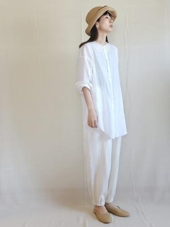 真っ白のビッグシャツ&パンツでクリーンにまとめて。小物はベージュ系で揃えてホワイトの軽やかさをキープ!