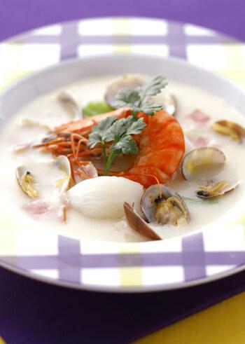 アサリとエビを白ワインで蒸してから、ベーコン・カブ・玉ねぎと一緒に煮込んでいる大人のシチュー。おもてなしには、こんなレシピもいいですね。