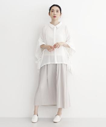色も素材感も儚げなコーディネートは、きちんと感のあるローファーを引き締め役に。シャツは裾INせずゆるやかなAラインシルエットを楽しんで。