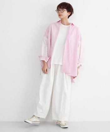 ゆるパンツにスニーカーを合わせるボーイッシュな着こなしは、薄ピンクを投入にしてガーリーな空気をプラス。