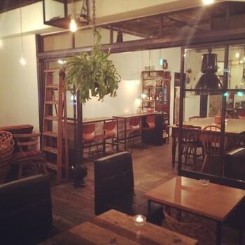 新宿三丁目駅から徒歩1分、花園神社近くの「coto cafe(コトカフェ)」。ナチュラルで温かみのある店内はくつろげる雰囲気で、おひとりさまや女性に人気です。遅い時間まで空いているのも魅力。