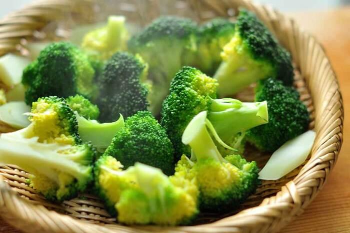 熱々のご飯やおかずをそのままお弁当に詰めると、水蒸気がお弁当に付いて水滴になってしまいます。お弁当内の湿度が高くなり、傷みやすくなる原因に…菌の繁殖を防ぐには、以下の点に注意してみましょう。  ①料理はしっかりと熱を通し、冷ましてから詰める ②食べるまでは保冷剤や保冷バッグを使って冷やしておく ③汁気の多いおかずや生野菜は避ける