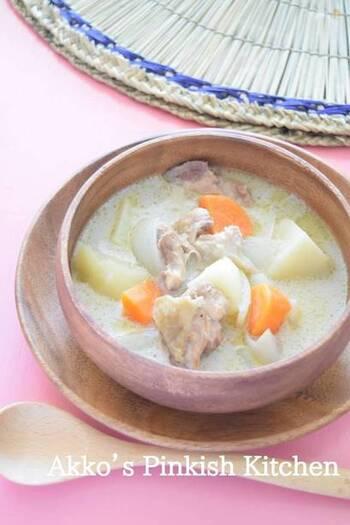 こちらのレシピは、南インドの家庭料理「鶏肉のココナッツミルクシチュー」。生姜はスライスして鍋へ。シナモンスティクも入っています。