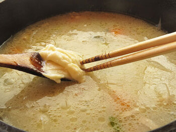 ④具材が煮えた鍋にホワイトソースを溶かし入れ、さらに牛乳を入れて10~20分煮込みます。  ★ポイント★ 通常は塩で味を調整したら出来上がり。何かまだ物足りないな、と感じたらここで隠し味を足してみましょう!