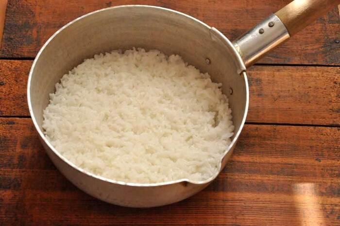 雪平鍋があれば美味しくご飯を炊くことだってできます! 蓋はアルミホイルで代用可能。炊く前に夏場は約30分、冬場は1時間程度浸水させて水を吸わせておくのが芯までふっくら火を通す鍋炊きのコツ。