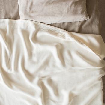 愛媛県今治市のタオルメーカー「kontex(コンテックス)」のタオルケット。 上質なコットンの優しい風合いと、薄くてさらりとした肌触りが特徴です。