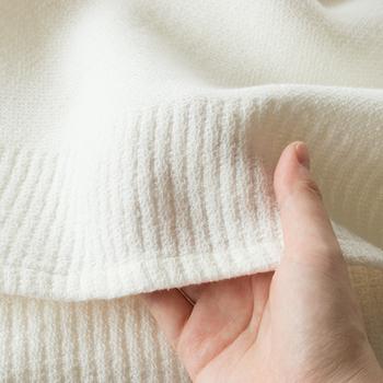 織り目の細かいワッフル織りなので、肌に接する面積が少なく汗をかいても肌に張り付かず快適です。ニットのような柔らかさが心地よく、睡眠時間を幸せタイムにしてくれそう。