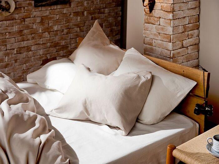 掛け布団カバー・ボックスシーツと合わせて、トータルコーディネートもできるのがうれしいポイント。綿100%のナチュラルな素材感と、さらりとした感触を全身で楽しんで。