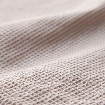 ワッフルのような素材感が心地いい枕カバー。汗をかいてもさっと吸収してくれて、お肌にもまとわりついたりせず、夏もさっぱりと気持ちよく使えます。